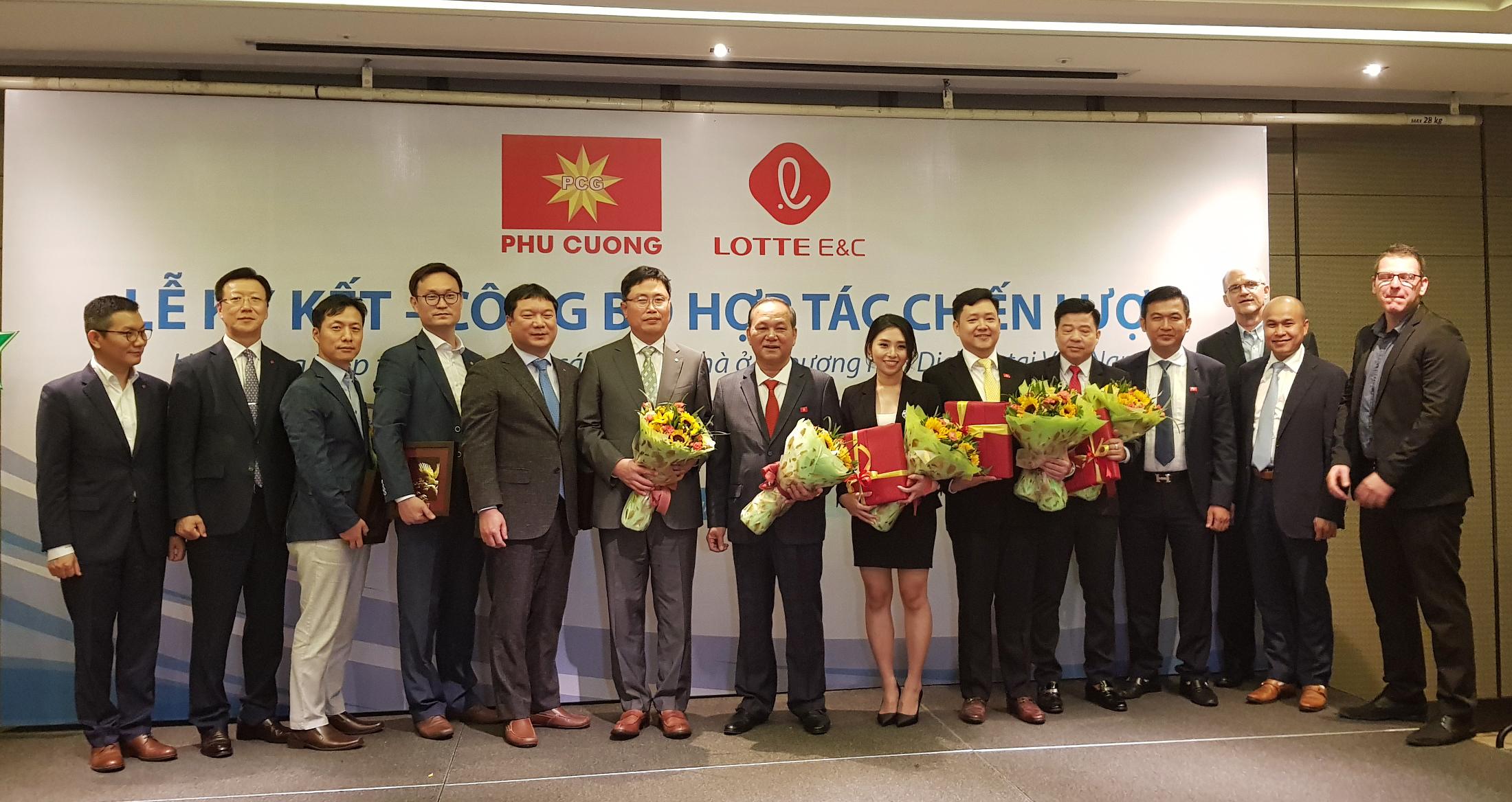 롯데건설과 베트남 푸끄엉 그룹의 주요 관계자들이 단체 촬영 중이다.jpg