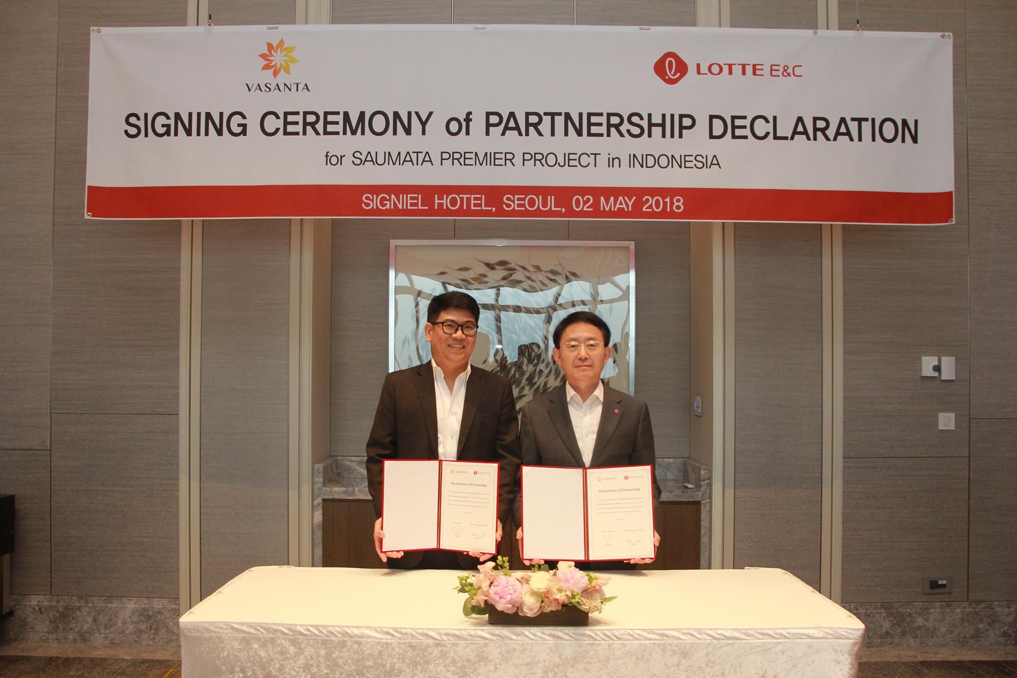 롯데건설 하석주 대표이사(사진 우측)와 인도네시아 VIP그룹의 트리(Tri Ramadi, 사진 좌측) 회장이 기념 촬영 중이다.jpg
