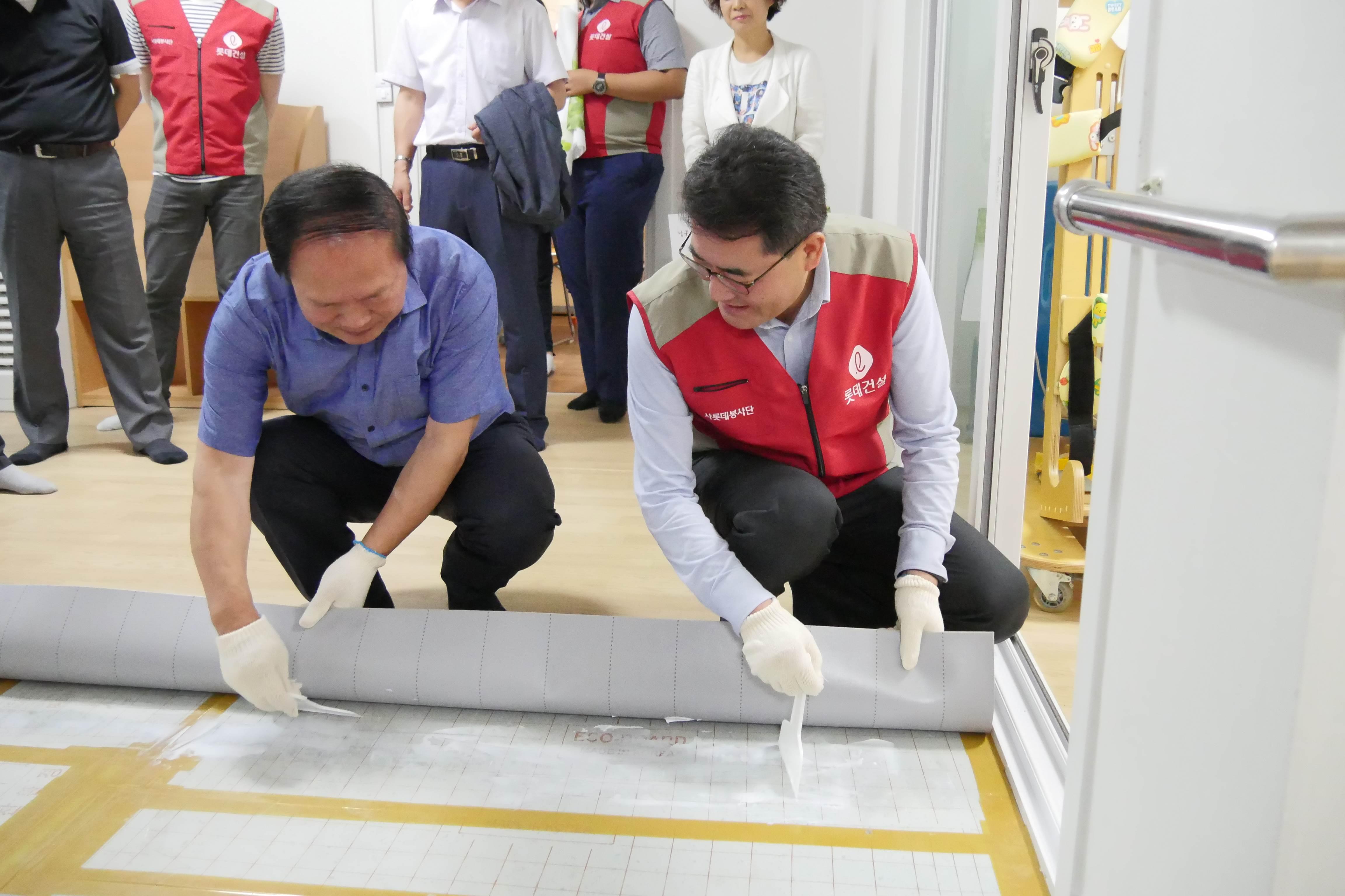 부산 남구 이하재 안전도시국장(왼쪽)과 롯데건설 이부용 전략기획부문장(오른쪽)이 봉사활동을 하고있다.JPG