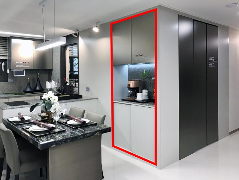 식탁과 가까이 있어 간단한 주방 보조 공간으로 활용하는 _캐슬모닝(적색 실선)_.jpg